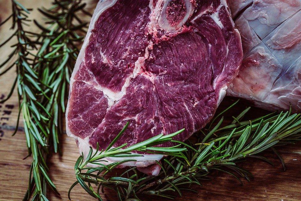Comidas que debes evitar antes de dormir para no engordar carnes rojas